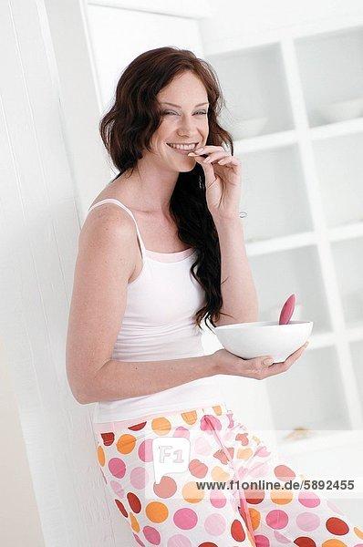 angelehnt  Portrait  Frau  Tür  Mittelpunkt  essen  essend  isst  Erwachsener