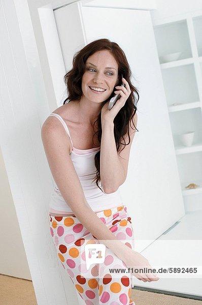 Handy  benutzen  Frau  lächeln  Mittelpunkt  Kurznachricht  Erwachsener