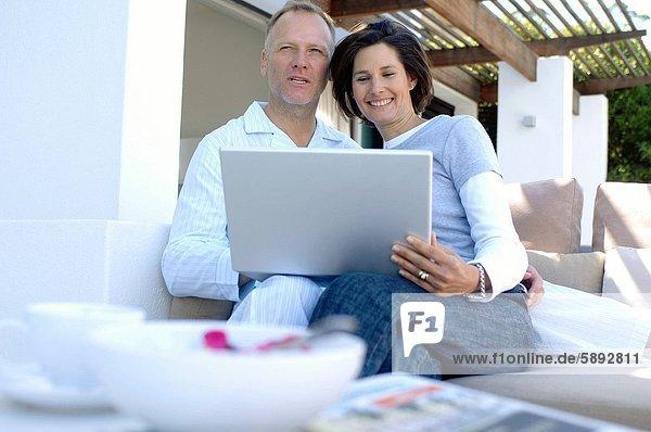 sitzend benutzen Notebook reifer Erwachsene reife Erwachsene Couch