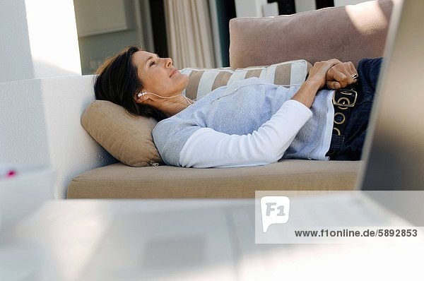 Frau  zuhören  Musik  reifer Erwachsene  reife Erwachsene  Couch
