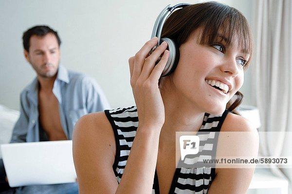 benutzen  Frau  Mann  zuhören  Notebook  Hintergrund  Musik  jung