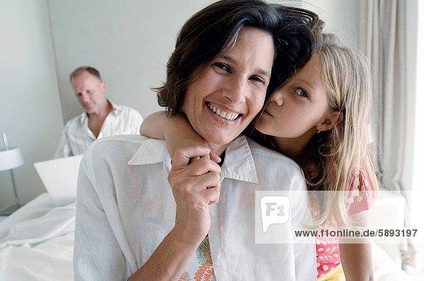 benutzen Portrait Frau Mann Notebook lächeln Hintergrund Mittelpunkt Tochter Erwachsener