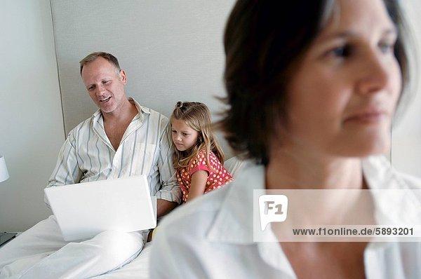benutzen Frau Mann Notebook Hintergrund Mittelpunkt Tochter Erwachsener