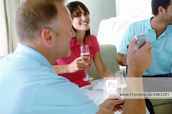 Handy  Profil  Profile  sitzend  Mann  junger Erwachsener  junge Erwachsene  halten  Mittelpunkt  Kurznachricht  jung  Seitenansicht  Erwachsener