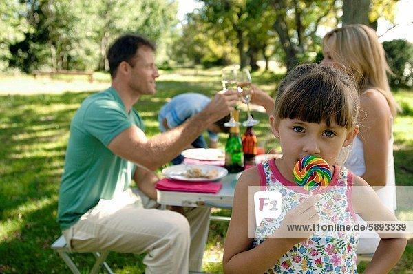Portrait  Menschliche Eltern  halten  Mädchen  Lutscher
