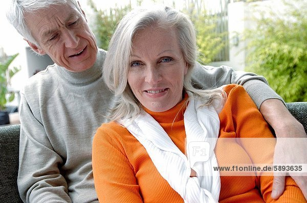 sitzend , Portrait , Frau , Mann , reifer Erwachsene,  reife Erwachsene , Couch