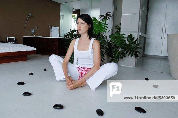Mitte erwachsen frau üben yoga