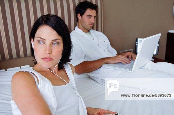 benutzen  Frau  Mann  zuhören  Notebook  Musik  Mittelpunkt  Erwachsener