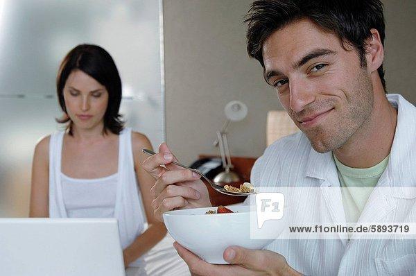 nebeneinander  neben  Seite an Seite  benutzen  Mann  Notebook  Ehefrau  halten  Mittelpunkt  Erdbeere  Erwachsener