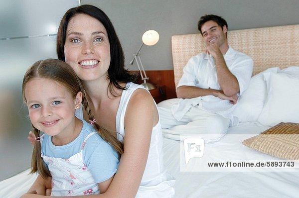 sitzend  Portrait  Frau  lächeln  Bett  Hintergrund  Mittelpunkt  Tochter  Erwachsener  Ehemann