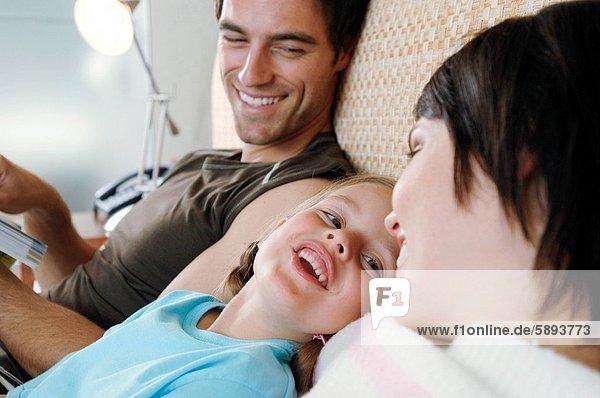 liegend  liegen  liegt  liegendes  liegender  liegende  daliegen  lächeln  Bett  Mittelpunkt  Tochter  Erwachsener  zurücklehnen