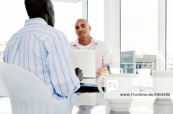 sitzend  sprechen  Geschäftsmann  2  Tisch