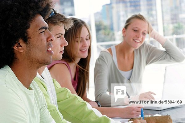 sitzend  4  Student  Hochschule  Tisch