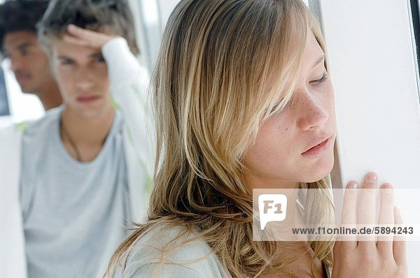 hinter  stehend  Frau  Mann  sehen  ernst  2  jung