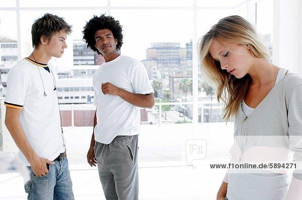 Profil  Profile  stehend  nebeneinander  neben  Seite an Seite  Frau  Mann  sehen  ernst  2  jung  Seitenansicht
