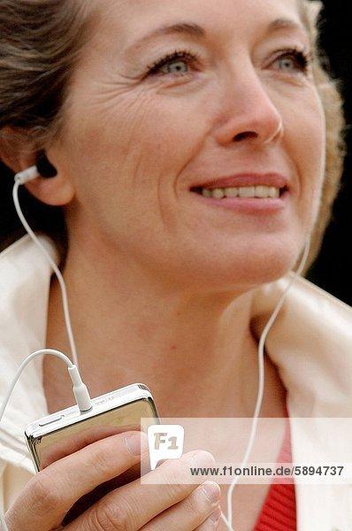 Frau  zuhören  Kopfhörer  Musik  Mittelpunkt  Erwachsener