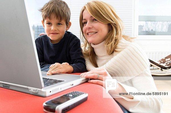 benutzen  Notebook  Sohn  Mutter - Mensch