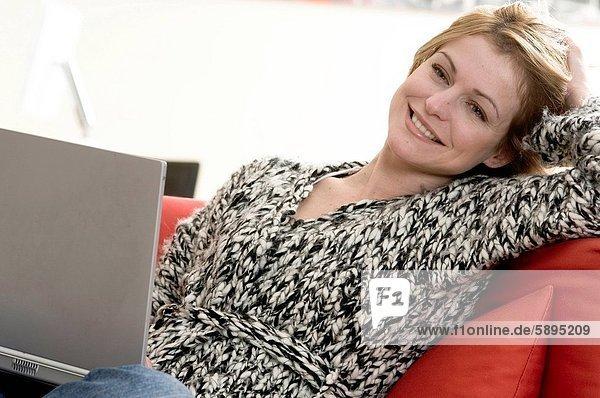 Frau  lächeln  Mittelpunkt  Erwachsener