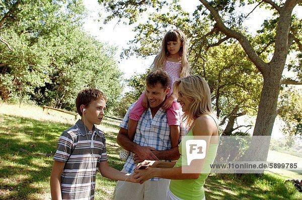 stehend  zuhören  Junge - Person  Menschliche Eltern  Spiel  MP3-Player  MP3 Spieler  MP3 Player  MP3-Spieler