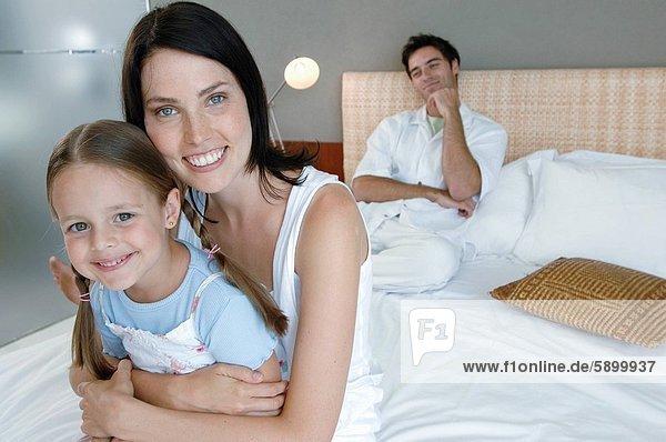 sitzend  Portrait  Frau  umarmen  Bett  Hintergrund  Mittelpunkt  Tochter  Erwachsener  Ehemann
