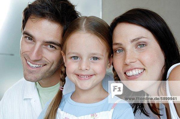 Glückliche Eltern mit ihrer Tochter