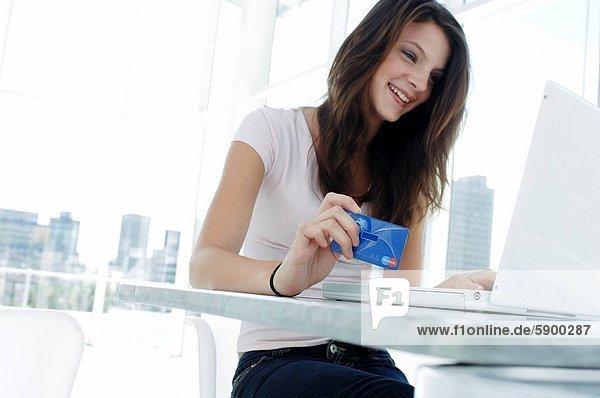 Frau  Internet  kaufen  Kredit  jung  Kreditkarte  Karte