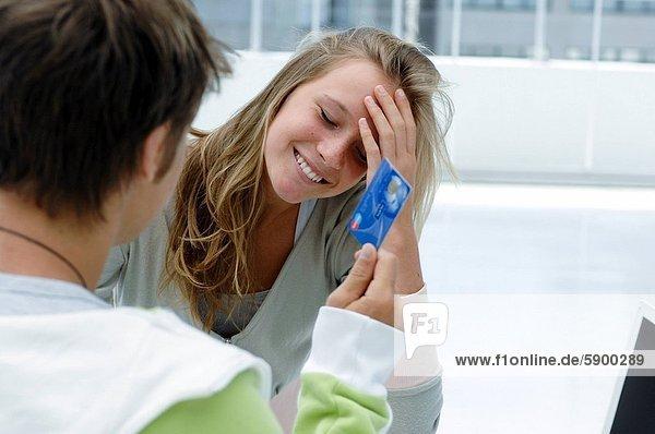 zeigen  Frau  Mann  Kredit  Rückansicht  Ansicht  jung  Kreditkarte  Karte