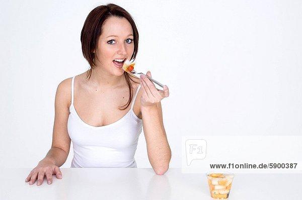 Portrait einer jungen Frau Essen Obstsalat
