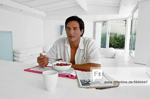 Mann  am Tisch essen  Mittelpunkt  Tisch  Erwachsener  Frühstück