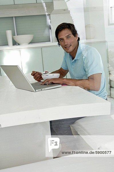 benutzen  Portrait  Mann  Notebook  Mittelpunkt  Tisch  Erwachsener  Frühstück