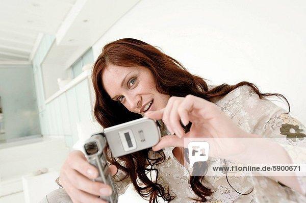 Handy  Portrait  Frau  Fotografie  nehmen  lächeln  Mittelpunkt  Kurznachricht  Erwachsener