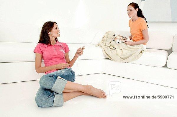 Frau  zuhören  sprechen  Spiel  Mittelpunkt  MP3-Player  MP3 Spieler  MP3 Player  MP3-Spieler  Erwachsener
