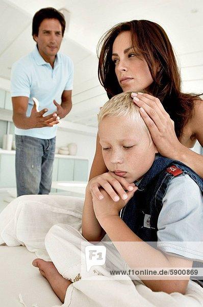 sitzend  stehend  Frau  Mann  Sohn  Hintergrund  jung  bedecken