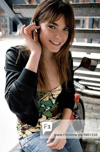 benutzen  Portrait  Frau  Freiheit  lächeln  Gerät  jung