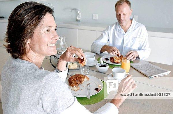 sitzend , reifer Erwachsene,  reife Erwachsene , Tisch , Frühstück
