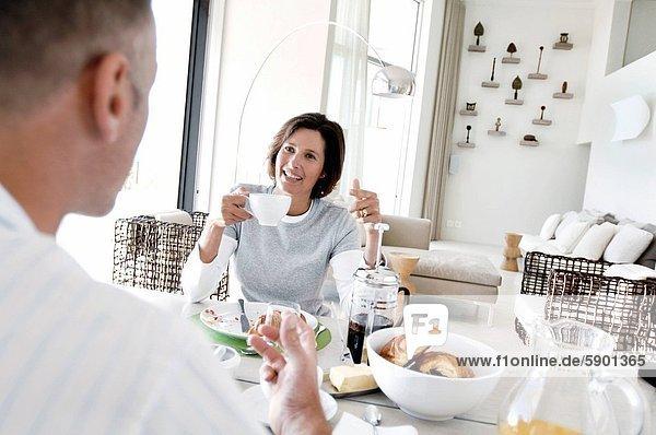 sitzend  Tisch  Frühstück