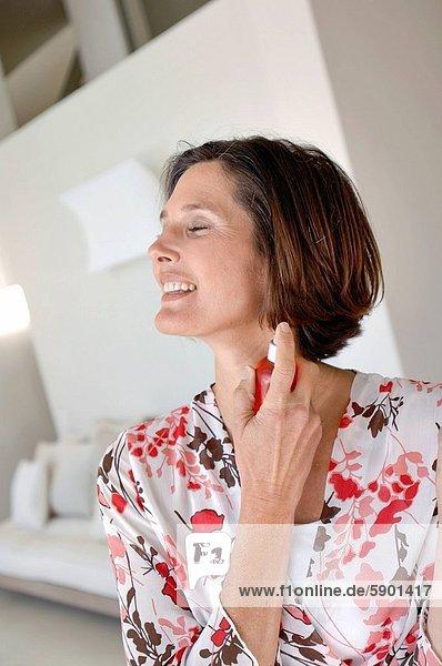 Frau  besprühen  reifer Erwachsene  reife Erwachsene  Parfüm