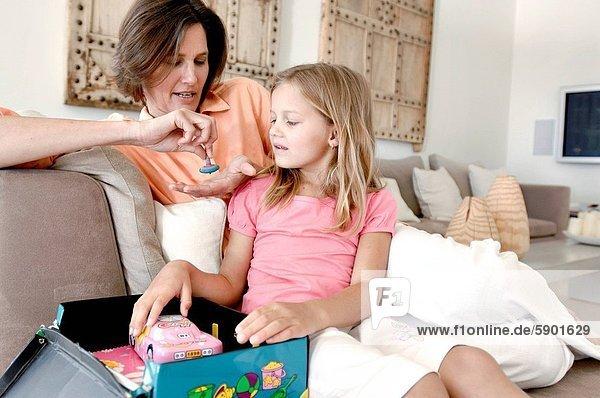 sitzend  Frau  hoch  oben  herumwirbeln  reifer Erwachsene  reife Erwachsene  Tochter
