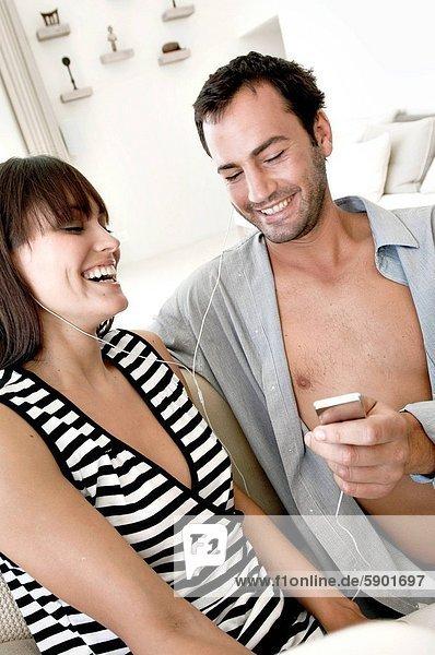 zuhören  lächeln  Musik  Mittelpunkt  Erwachsener
