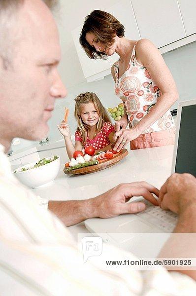 Profil  Profile  benutzen  Mann  Notebook  Hintergrund  reifer Erwachsene  reife Erwachsene  Seitenansicht  Mädchen  Mutter - Mensch
