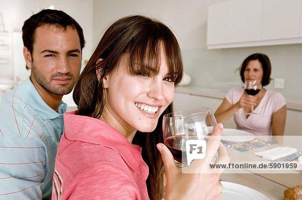sitzend  Portrait  Frau  lächeln  Hintergrund  reifer Erwachsene  reife Erwachsene  jung