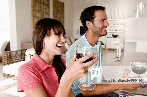 Profil  Profile  lächeln  Wein  halten  jung  Seitenansicht