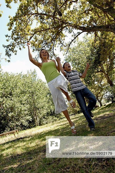 Frau  Sohn  springen  Mittelpunkt  Erwachsener