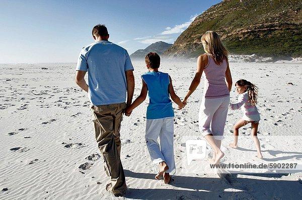 Strand  rennen  halten  Mittelpunkt  Rückansicht  Ansicht  Kind  Erwachsener