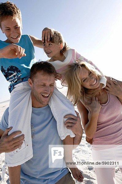 tragen  Strand  Sohn  Menschliche Schulter  Schultern  Mittelpunkt  Tochter  Erwachsener
