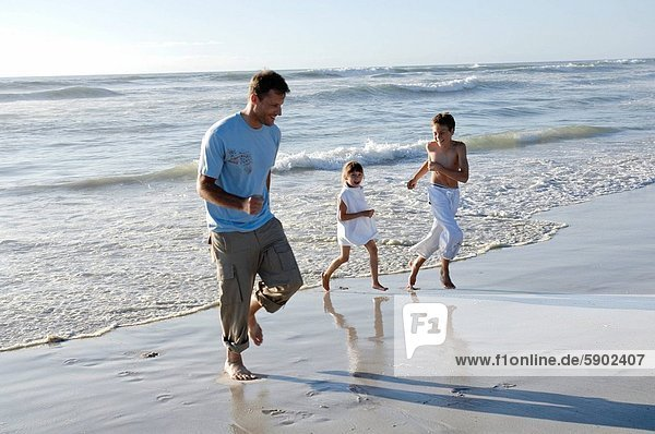 Mann  Strand  Sohn  Mittelpunkt  Tochter  Erwachsener  spielen