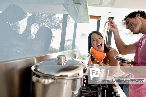 Profil  Profile  nebeneinander  neben  Seite an Seite  kochen  Frau  Mann  jung  Pasta  Nudel  Seitenansicht