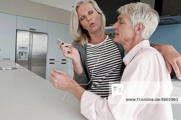 Senior  Senioren  zuhören  Küche  Spiel  MP3-Player  MP3 Spieler  MP3 Player  MP3-Spieler