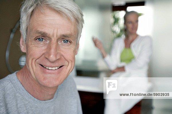 Senior  Senioren  Portrait  Frau  Mann  lächeln  Hintergrund