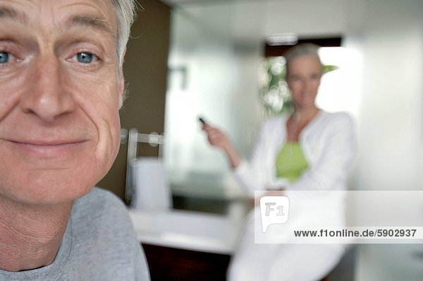 sitzend  Senior  Senioren  Portrait  Frau  Mann  lächeln  Hintergrund